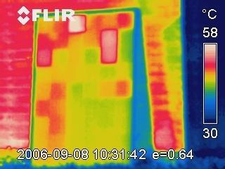 Thermographie Photovoltaik: Typisches Schachbrettmuster auf dem Thermogramm eines nagelneuen kurzgeschlossenen Solarmoduls