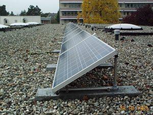 Photovoltaikanlage mit Beschwerungssteinen auf das Dach gestellt