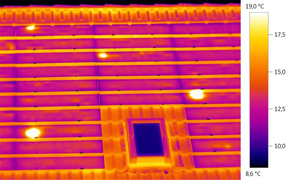 Nacht Thermographie einer Solarstromanlage mit deutlich erkennbaren Hotspots