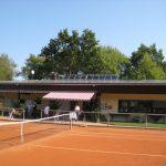 Tennisvereinshalle nachhermit Photovoltaik-Pultdach und Sonnenkollektor