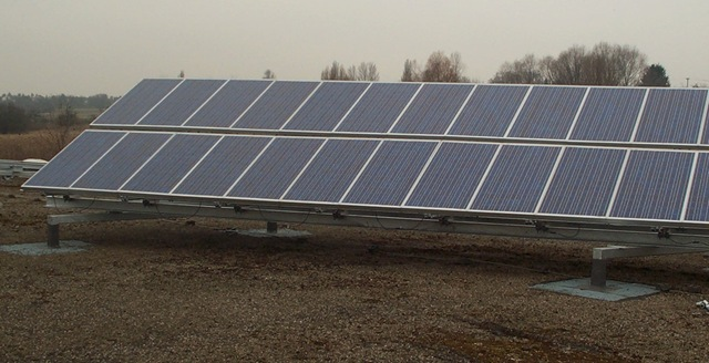 Photovoltaikanlage die direkt am Flachdach befestigt wurde