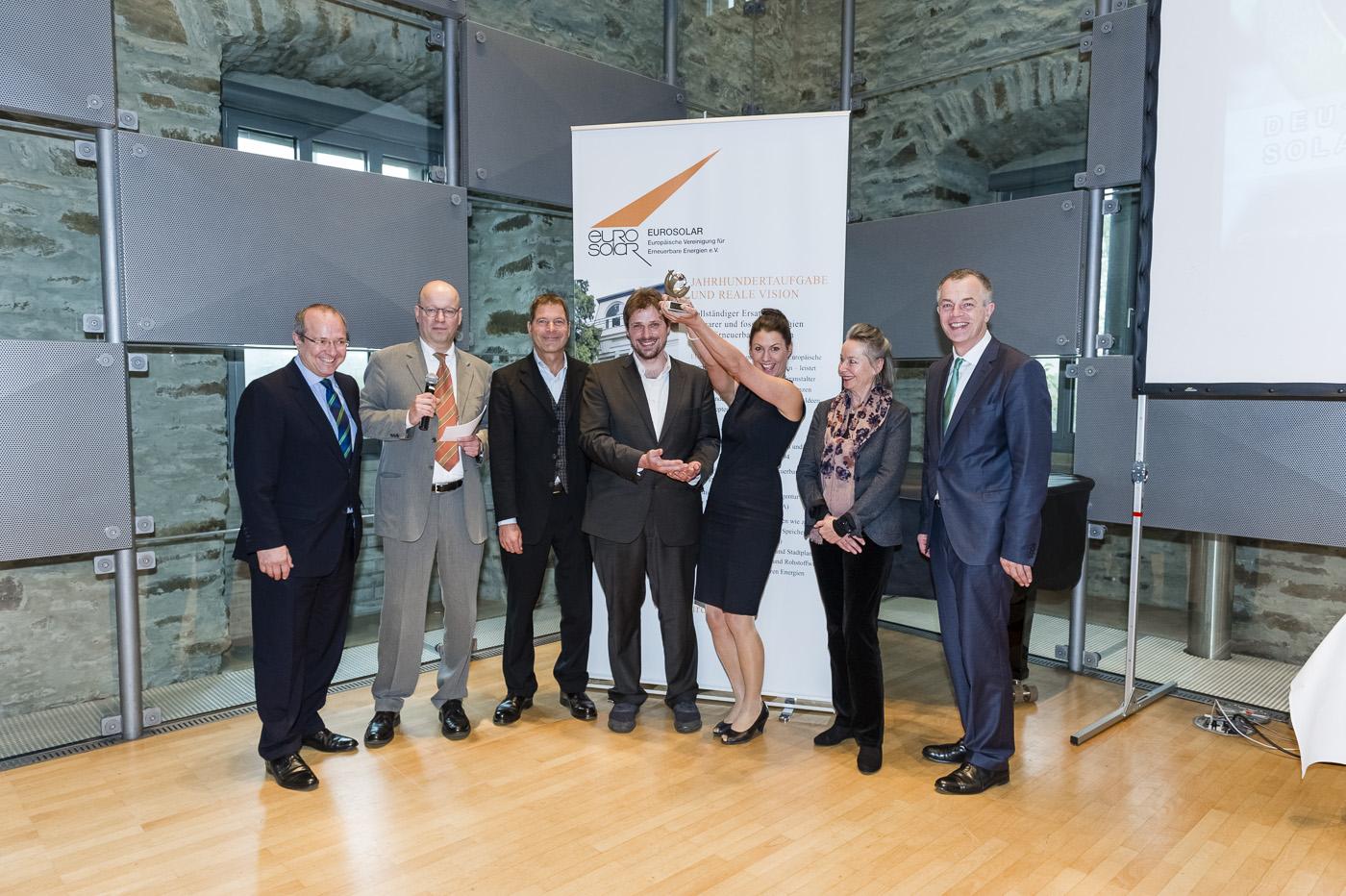 Cornelia Daniel-Gruber und Kilian Rüfer nehmen den Preis stellvertretend für alle energieblogger in Empfang