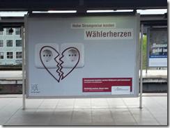 Beginn der INSM Plakatkampagne zur Abschaffung des EEGs rechtzeitig zur Veröffentlichung der um knapp 60% politisch aufgeblähten EEG-Umlage 2013, Oktober 2012, Berliner Hbf; Foto: carta/Piksa