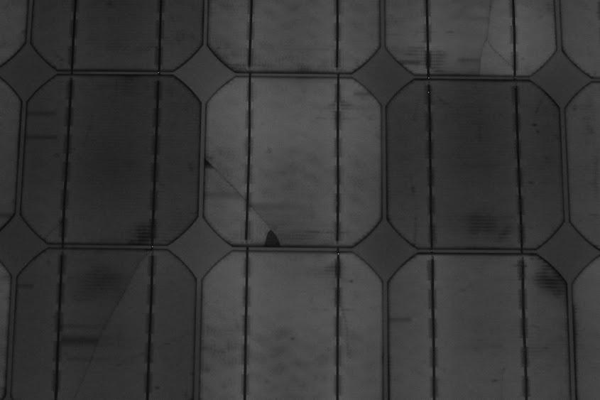 Elektrolumineszenz-Aufnahme eines chinesischen Moduls mit Schneckenspuren