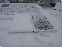 Rückbestromung während des Schneefalls. Ein Modul wurde aus dem Strang enfernt und wurde daher nicht bestromt.