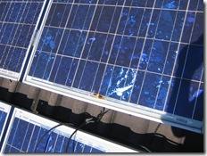 Blitzschaden bei PV-Anlage - links: gesprungenes Glas durch thermische Einwirkung, rechts: Schmauchspur im Bereich der Bypass-Diode