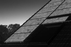 Elektrolumineszenzaufnahme einer Solarstromanlage, auf der man eine defekte Bypassdiode erkennt.