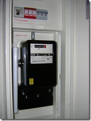 PV-Einspeisezähler und AC-Überspannungsableiter (rot)