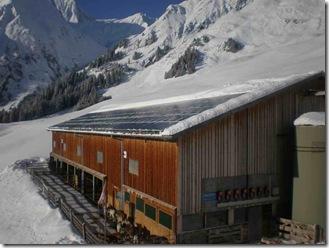 Gebäude mit Rückstromtechnik von Solutronic in den Alpen (Quelle Solutronic)