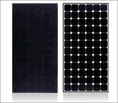 Sunpower Solarmodule mit schwarzer (links) und mit weißer Rückseitenfolie (rechts)