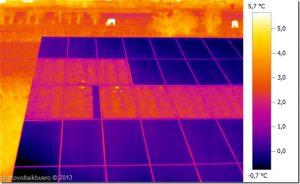 Das Bild zeigt die Thermographieaufnahme einer Solarstromanlage. An einem Module zeigt sich eine defekte Bypassdiode.