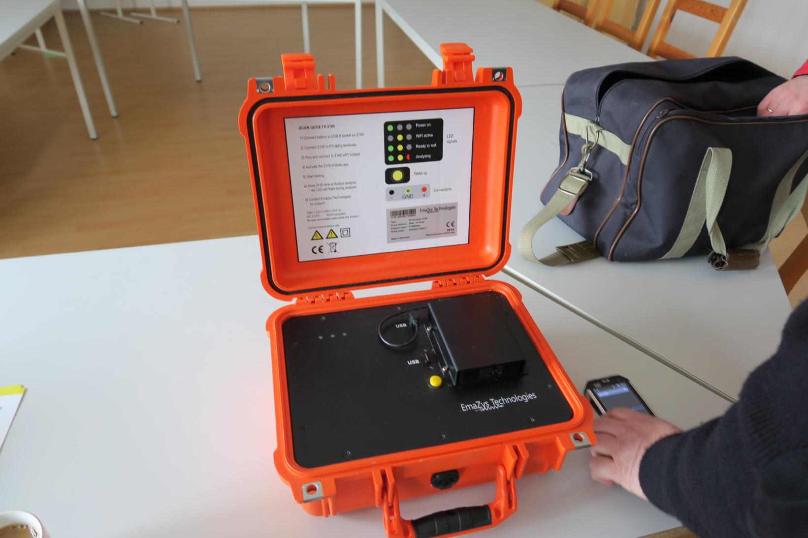 Messgerät von EmaZys Z100 zur Fehlersuche an Photovoltaikanlagen