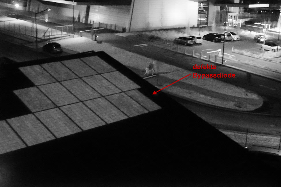 Das Bild zur Photovoltaik Fehlersuche zeigt in der dritten Modulzeile ganz rechts, dass ein Drittel des Moduls inaktiv ist. Dies deutet auf eine kurzgeschlossene Bypassdiode hin.