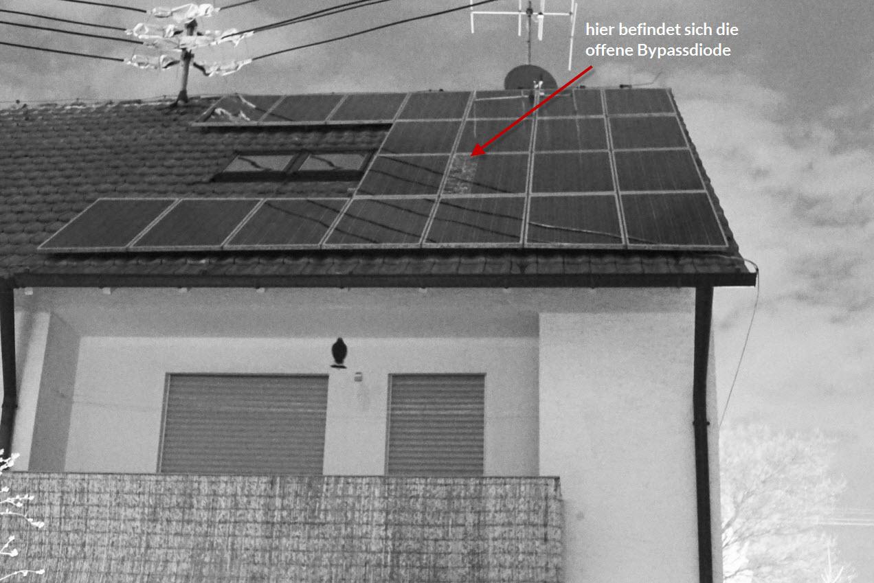 Defekte Bypassdiode: Man erkennt deutlich eine Elektrolumineszenz an den durchbrechenden Solarzellen.