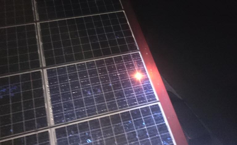 Das Bild zeigt einen stehenden Lichtbogen an einem hochohmigen Zellverbinder.