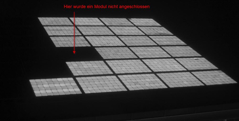 Die Elektrolumineszenzaufnahme zeigt, dass ein Solarmodul im Strang fehlt.
