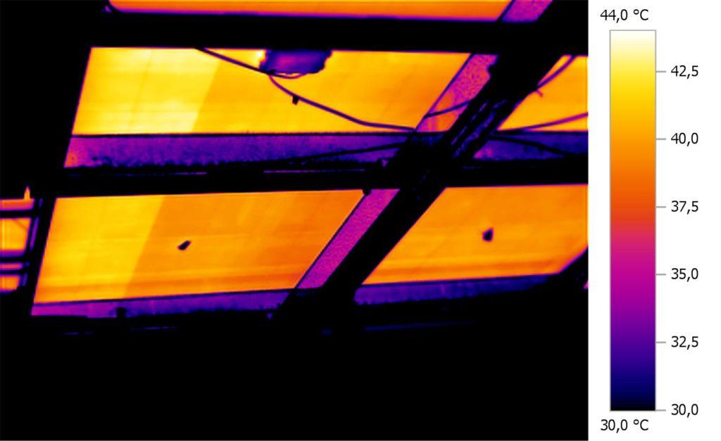 Das Bild zeigt das Thermogramm eines typischen Modulfehlers, bei dem eine Verbindung zwischen zwei Zellen oder zwischen den Zellen und der Modulanschlussdose unterbrochen ist. Dies ist einer der wenigen Fehler, die wir nachts zwar feststellen aber nicht lokalisieren können.