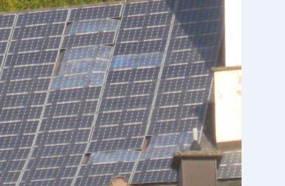 Sturmschaden an einer PV Anlage mit rahmenlosen Solarmodulen