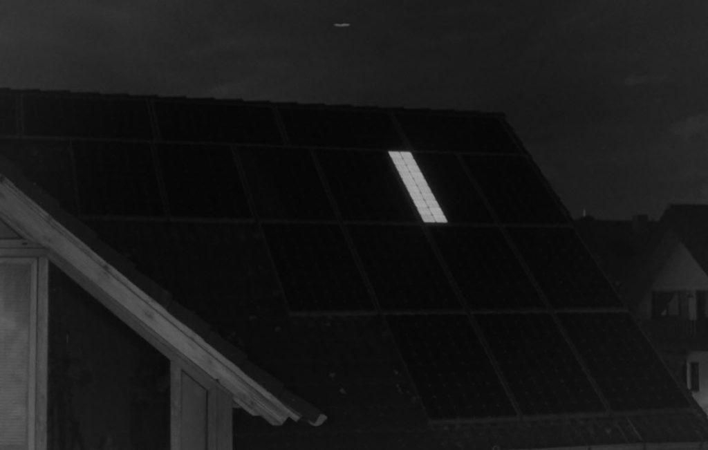 Das Bild zeigt die Elektrolumineszenzaufnahme einer PV-Anlage, bei der nur eine einzige Bypassdiode ein Überspannungsereignis überlebt hat. Alle anderen Dioden waren kurzgeschlossen.