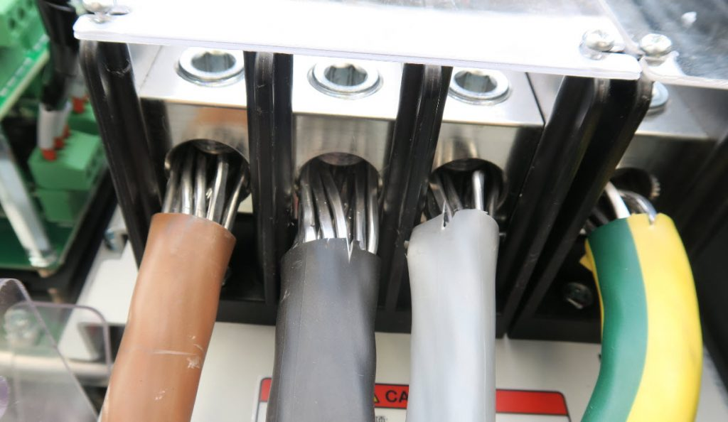 Die Verklemmung von Aluminiumkabeln erfordert besondere Aufmerksamkeit, da Alukabel am Luftsauerstoff eine nichtleitende Oberflächenschicht bilden, die nichtleitend ist.