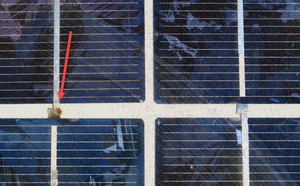 Das Bild zeigt, wie man einen hochohmigen Zellverbinder im Vergleich zu einem normalen Verbinder leicht erkennen kann.