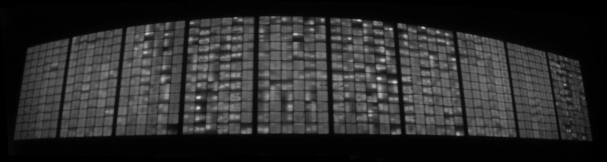 Das Bild zeigt die Elektrolumineszenzaufnahme eines Modulstranges, dessen Dunkelkennlinie eine deutliche Auffälligkeit gezeigt hat.