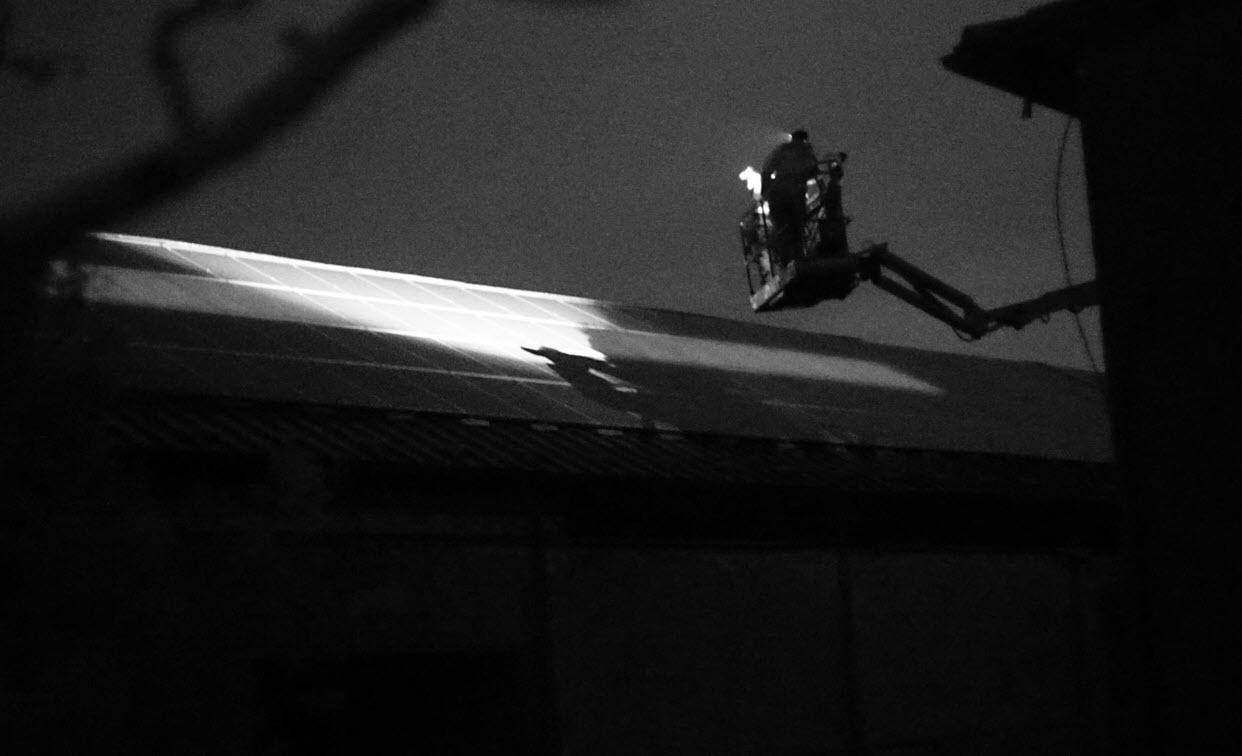 Elektrolumineszenzuntersuchung einer PV-Anlage auf einem Schrädach