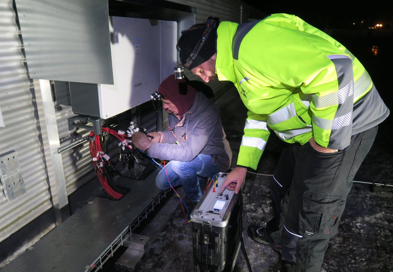 Das Bild zeigt einen typischen Nachteinsatz zum Messen von Dunkelkennlinien an einer gewerblichen PV-Anlage.